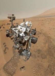El NASA Curiosity Rover, es el robot (también llamado astromóvil) que se encuentra desde 2012 en Marte tomando fotos y recolectando muestras del suelo marciano.