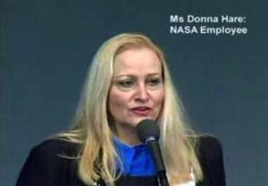 Donna Hare haciendo públicas sus declaraciones acerca de los laboratorios fotográficos de la NASA.