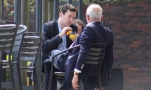 También en la reunión Bilderberg del 2014, el Ministro de Hacienda George Osborne hablando con Sir John Kerr.