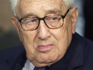 Henry Kissinger es Miembro permanente de Bilderberg y así como su amigo David Rockefeller, es una pieza clave del lobby internacional del grupo. Fue Consejero de Seguridad Nacional y Secretario de Estado  de los EEUU durante la presidencia de Nixon y Ford. Trabajó con la CIA para matar a Allende en Chile y subir a Pinochet. Es un hombre de guerra. Ha declarado públicamente su intención de promulgar políticas de control de la población mundial.