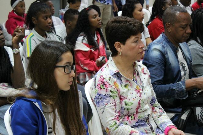 Rectora Colegio Comfacauca en el auditorio con estudiantes b