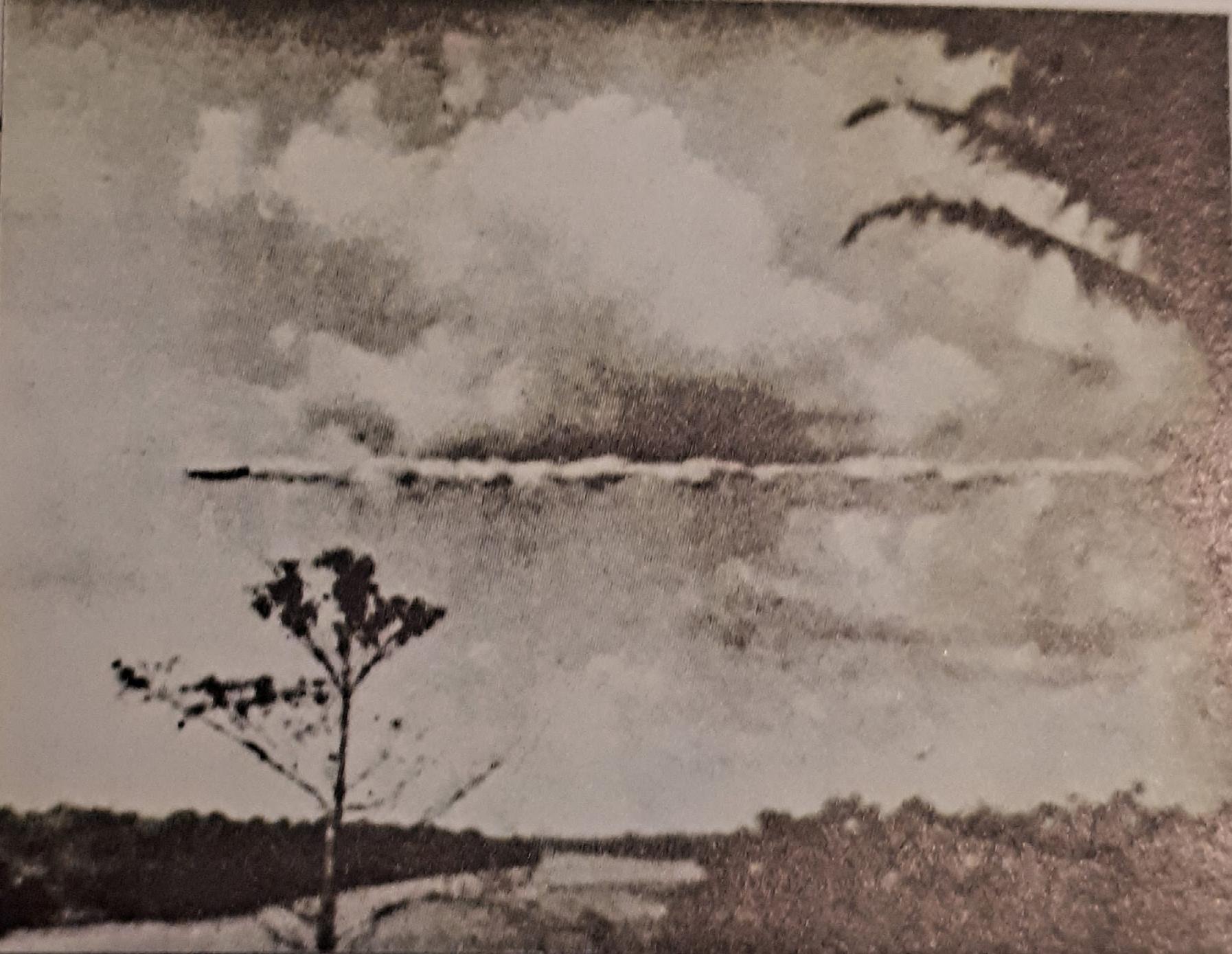 A pesar del silencio oficial, las extrañas naves de procedencia desconocida seguían apareciendo, y no solo en USA, y comportándose como maquinas, susceptibles incluso de sufrir averías, como parece ser el caso de este OVNI fotografiado en Puerto Maldonado (Perú), en 1952