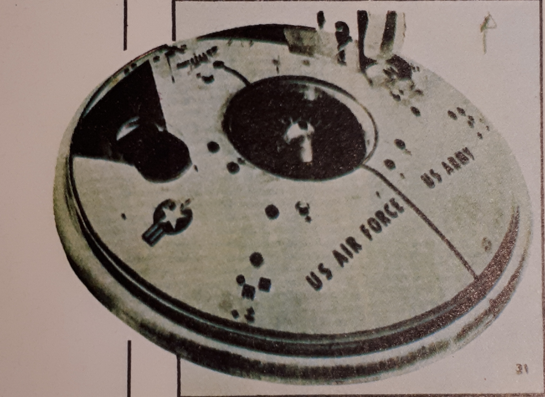 """Sobrevolando la Factoría AVRO-así publicó-una cámara independiente fotografió este extraño aparato, enormemente y sospechosamente, parecido a los """"platillos Volantes"""""""