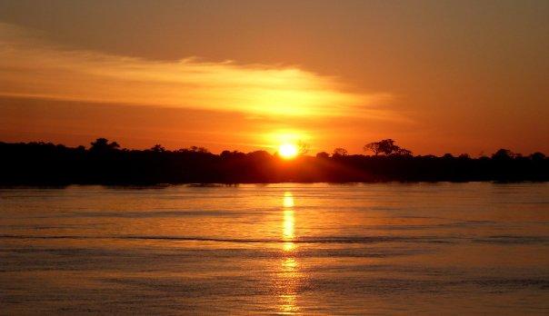 Amanecer en el Río Amazonas. En algún lugar entre Colombia y Brasil. 2009 - @AndresGutierez