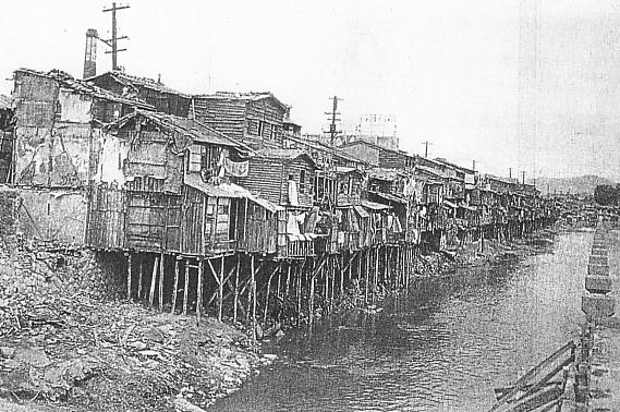 "Frame house along Seikei-Sen(Cheonggyecheon). Source: Korean book ""Seoul under Japanese rule(1910-1945)"" published by Seoul Metropolitan City History Committee."