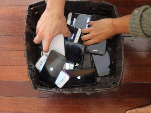 La ceremoniosa entrega de los celulares