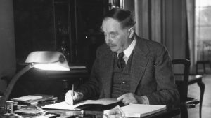4th May 1940:  English author H G Wells (Herbert George Wells, 1866 - 1946) at his desk. Amongst his most famous works are his science fiction stories 'The Time Machine ' (1895), 'The War of the Worlds' (1898), and 'The Invisible Man' (1897). Original Publication: Picture Post - 282 - Unite Or Perish - pub.1940  (Photo by Kurt Hutton/Picture Post/Getty Images)
