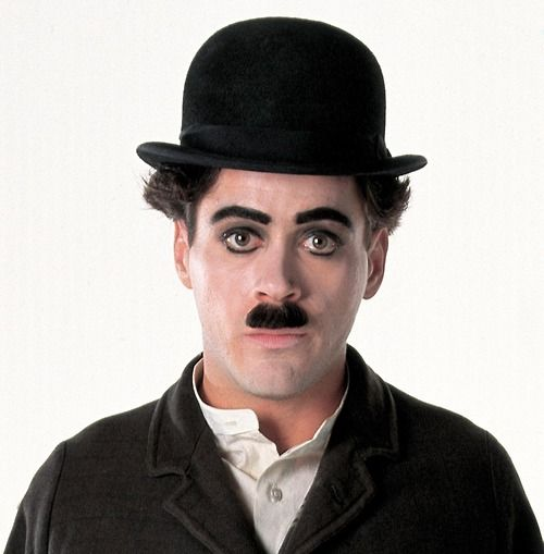 Downey jr interpretando a Chaplin en biopic dirigido por Richard Attenborough. Imagen tomada de: https://www.ecartelera.com/noticias/43956/25-aniversario-biopic-chaplin-robert-downey-jr/