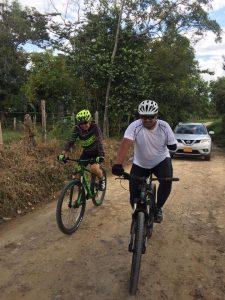 Mauririo Toro, líder y gestor de la válida de Icononzo. en su bicicleta