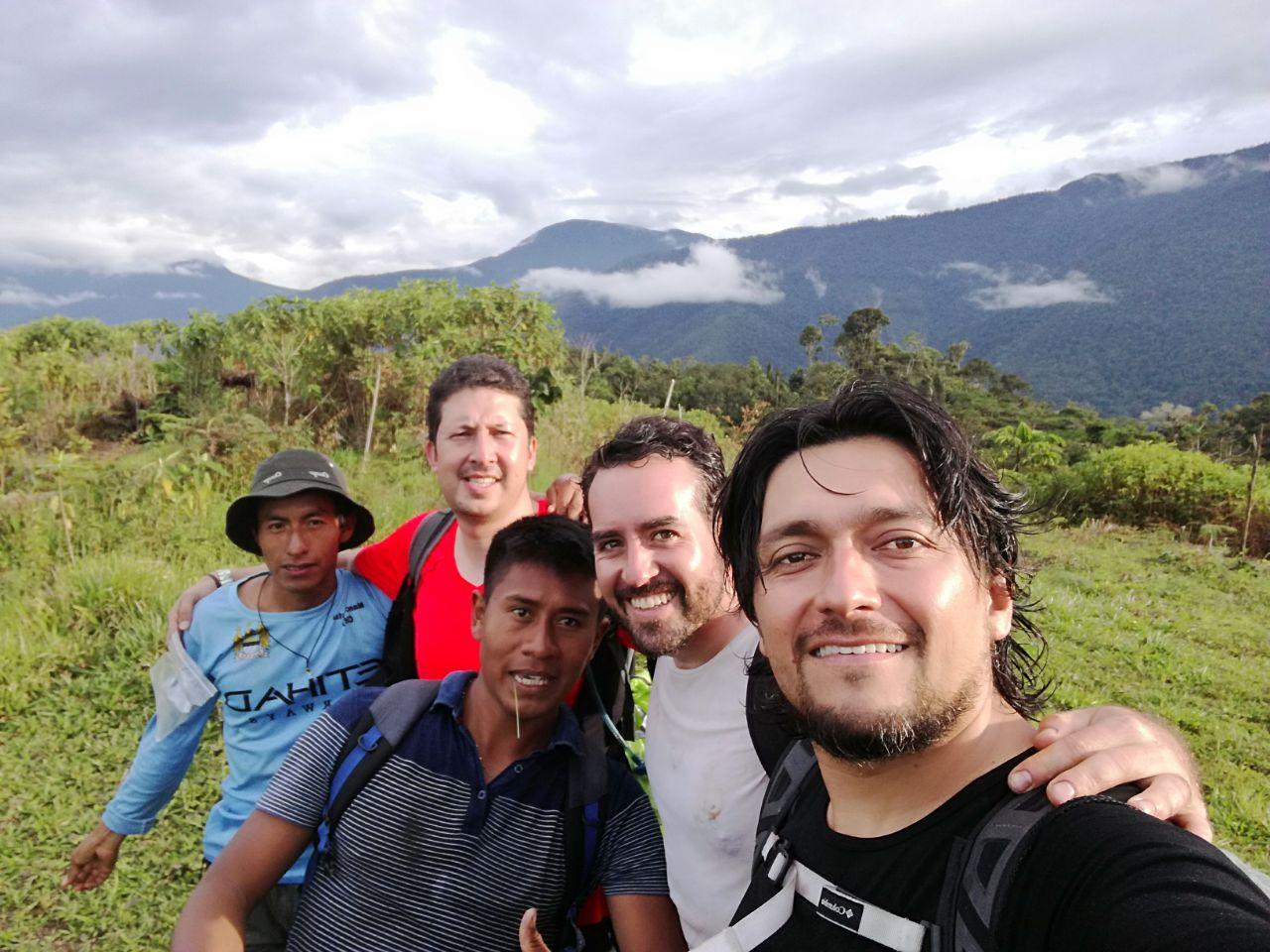 Diego García, director de la RAPE; Edgar Oviedo, Ingeniero Forestal; Otoniel, indígena Nasa; Daniel, indígena Misak; y yo, en el Alto del Oso en la Uribe, Meta.