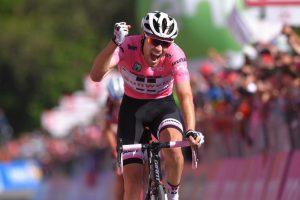 Tom Dumoulin, actual campeón, ganando en el alto de Oropa confirmando su liderato del Giro 100.