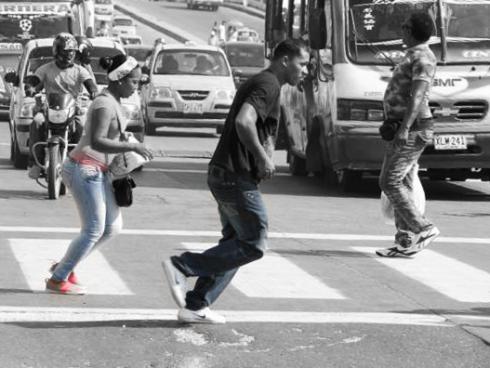 Pasar corriendo la avenida
