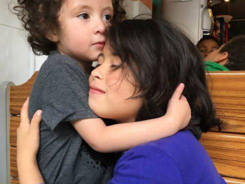 Un abrazo entre hermanas.