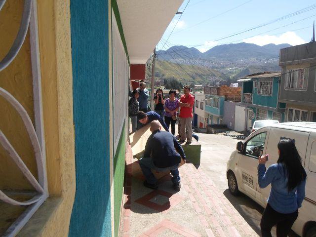 La gente de Ortopédicos FUTURO llega con la silla a la casa de Josmer- foto tomada por Saira Lucía Caviedes Forero