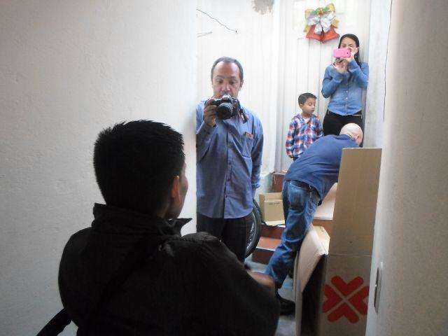 Josmer espera a que desempaquen su silla - foto tomada por Saira Lucía Caviedes Forero