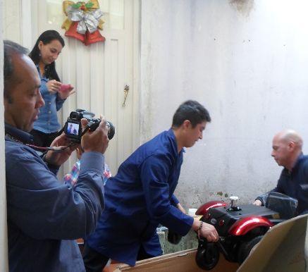 La gente de Ortopédicos FUTURO desempaca la silla de Josmer- foto tomada por Saira Lucía Caviedes Forero
