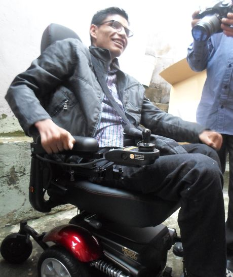 Josmer en su nueva silla de ruedas de motor - foto tomada por Saira Lucía Caviedes Forero