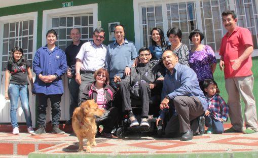 Josmer, su familia y vecinos celebran su nueva silla- foto tomada por Gian-Carlo Agudelo
