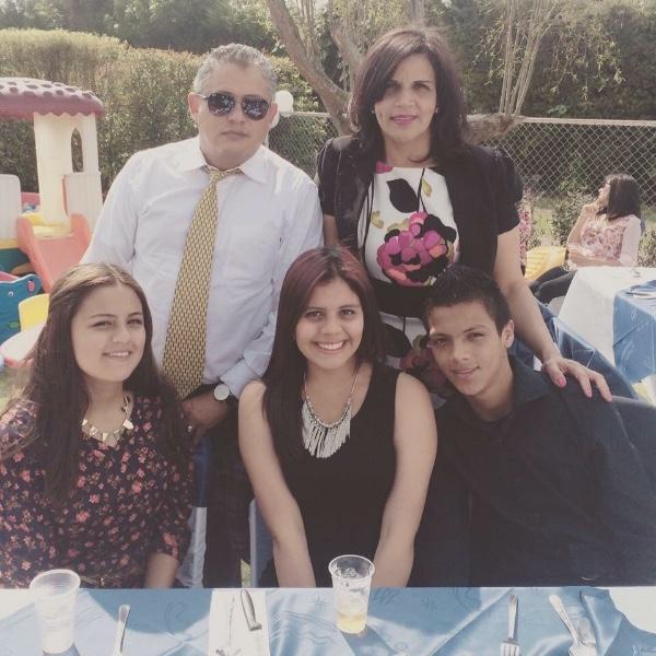Julianita, con su familia. Ella necesita ayuda económica para sus quimioterapias - foto personal
