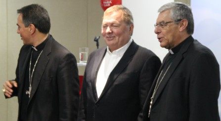Ettore Balestrero, Nuncio Apostólico del Vaticano en Colombia, Hernán Rincón, presidente de Avianca y Monseñor Fabio Suescún Mutis, Obispo Castrense - foto La Sal en la Herida