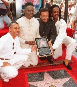 Maurice White junto a sus compañeros con su estrella en el Paseo de la Fama de Hollywood, en septiembre de 1995 - foto tomada de Prensa Libre AP