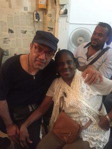 Con la Mejor Cantaora de Alabaos de Colombia, la Maestra Fabiola Torres, y su manager, el cultor Alex Noa - foto personal