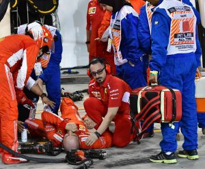 POOL04. Manama (Bahrain), 08/04/2018.- A mechanic of Scuderia Ferrari lays down after he was hit by Finnish Formula One driver Kimi Raikkonen of Scuderia Ferrari during the 2018 Formula One Grand Prix of Bahrain at the Sakhir circuit near Manama, Bahrain, 08 April 2018. (Bahrein, Fórmula Uno) EFE/EPA/GIUSEPPE CACACE / POOL