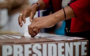 (120701) -- CHIMALHUACAN, julio 1, 2012 (Xinhua) -- Una mujer emite su voto en una casilla electoral, en el municipio de Chimalhuac¨¢n, en el Estado de M¨¦xico, M¨¦xico, el 1 de julio de 2012. Poco m¨¢s de 79,4 millones de electores en las 32 entidades del pa¨ªs, acuden el domingo a las urnas para elegir al pr¨®ximo presidente de M¨¦xico, para el sexenio 2012-2018, as¨ª como a 500 diputados y 128 senadores. (Xinhua/Pedro Mera) (pm) (mp) (ce)