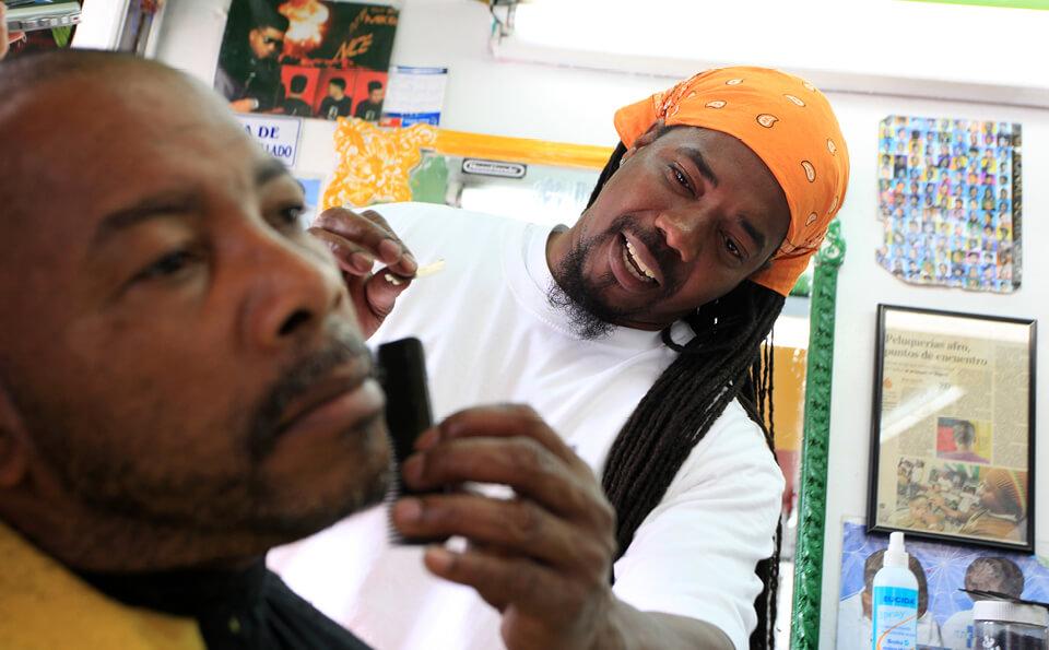 barbero-arregla-un-hombre