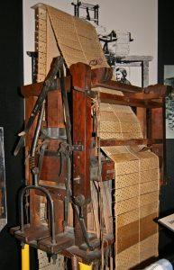 Imagen de dominio público. El telar programable con tarjetas perforadas de Jacquard.