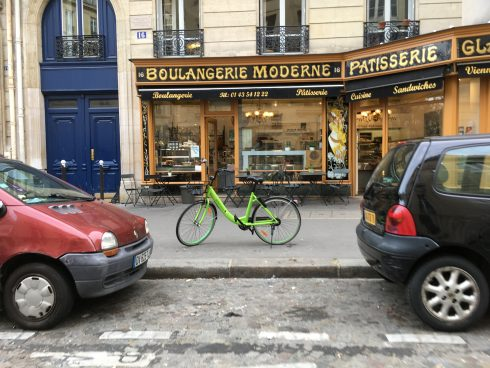 Bicicleta de alquiler por App, con un código QR desde el teléfono.