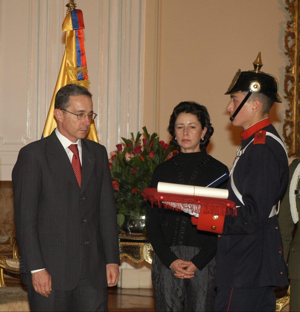 Durante una condecoración con el entonces presidente Uribe y su esposa, Lina Moreno,, el 5 de junio de 2005.