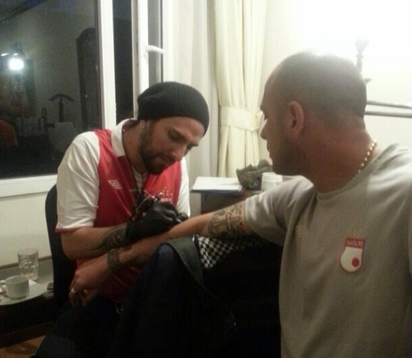 Tatuando a Omar Perez