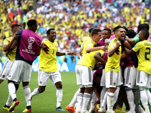 Jugadores celebran el gol de Quintero contra Japón