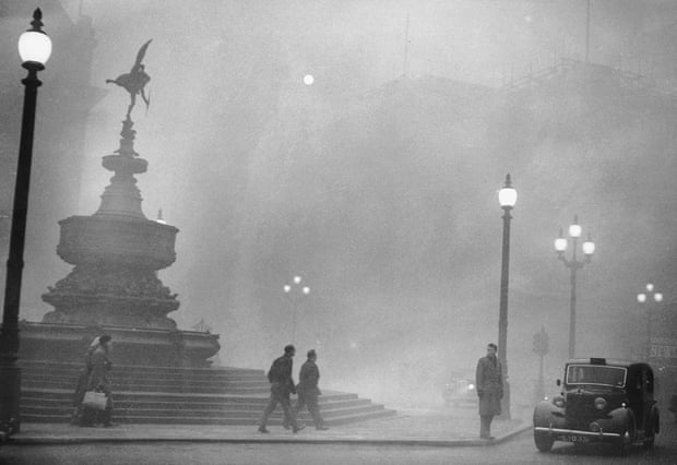 """The great smog"", la nube tóxica de contaminació que cubrió a Londres en 1952. Foto: Central Press/ Getty Images. Publicada en The Guardian (Tomada de: https://www.theguardian.com/commentisfree/2017/dec/05/smog-day-warning-18000-die-london-great-smog-1952-air-pollution)"