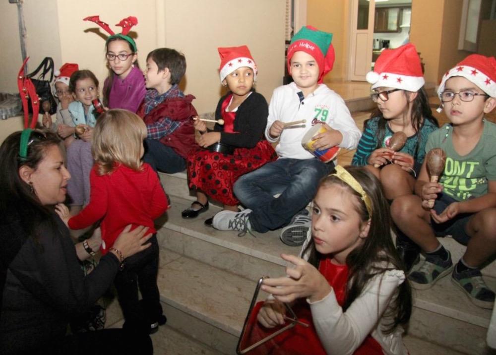Niños colombianos disfrutando el ambiente de fiesta