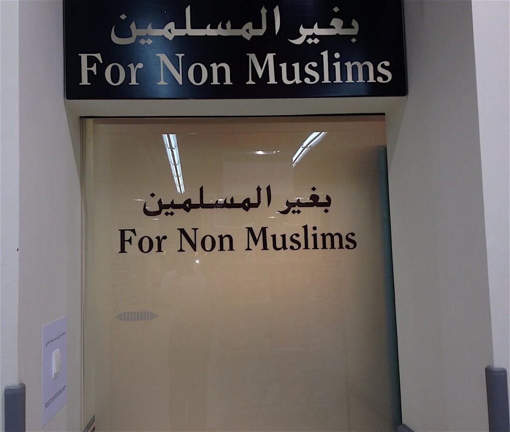 En un supermercado: disponible almentos, como el cerdo, para no musulmanes.