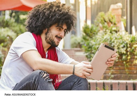 thumbnail_asuimagenstock_young man using digital tablet