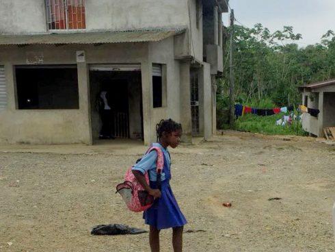 niña sin zapatos