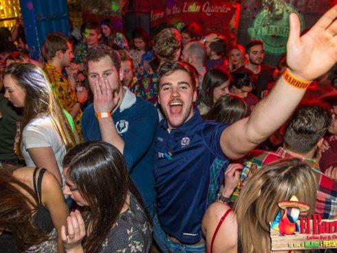 """Los fanáticos del rugby escocéses celebran una victoria reciente en """"La Casa de Mojitos & Fiesta"""""""