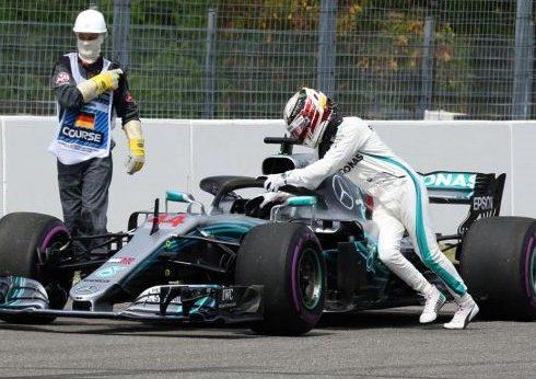 Lewis Hamilton empujando su Fórmula Uno en una fallida clasificación del sábado, previo al GP de Alemania.