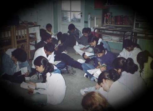 Como en catatumbas, este grupo de muchachos lee por el gusto de hacerlo