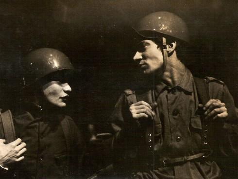 """Con la misma obra que inauguró el festival """"mujeres en escena por la paz"""" en 2015, inició actividades el teatro La Candelaria en junio de 1966. Jaime Chaparro y Mauro Echeverría en la foto"""
